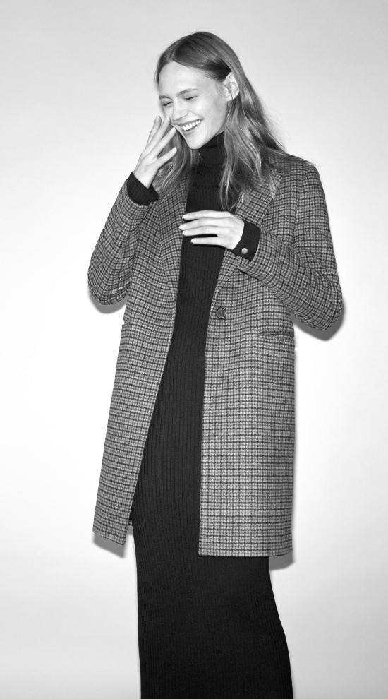 El abrigo de cuadros de Zara es un must de este invierno.