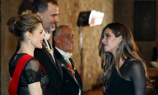 Los Reyes de España saludando a Sara Carbonero en Portugal