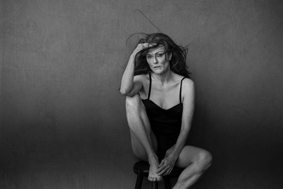 Julianne Moore fotografiada por Peter Lindbergh para el calendario...