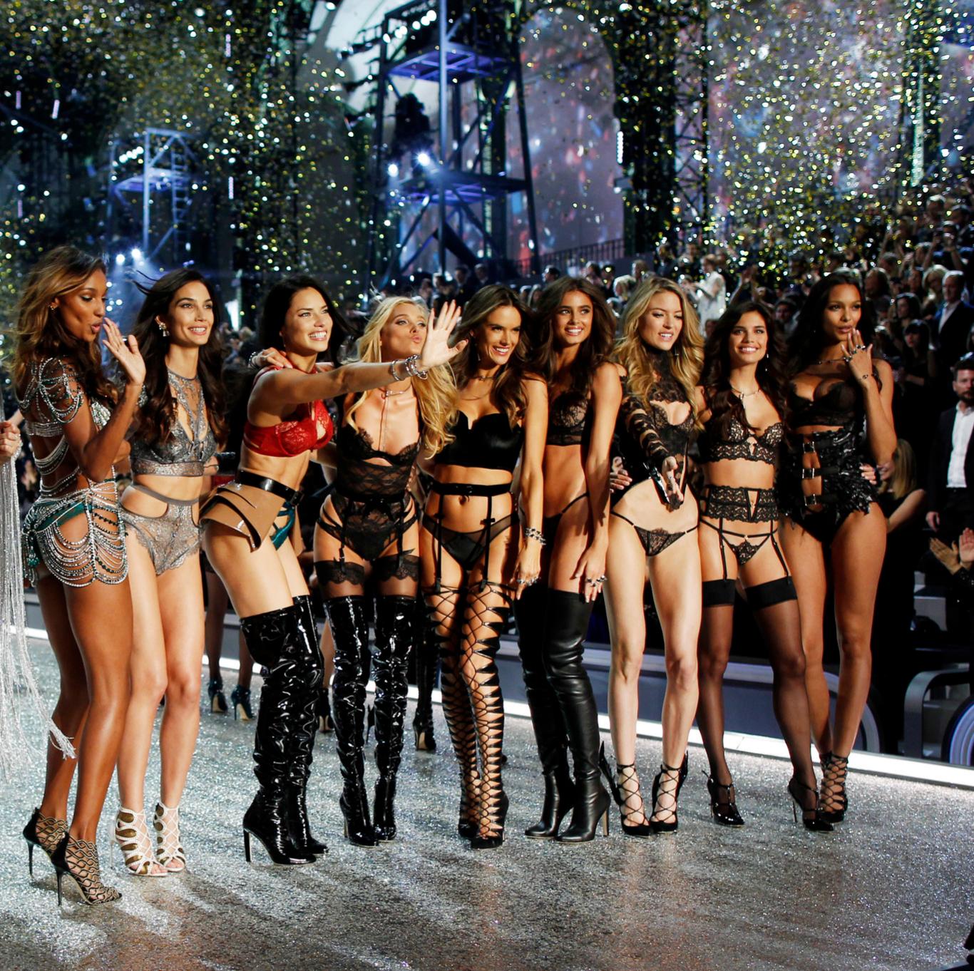 Los ángeles de Victorias Secret tras el desfile.
