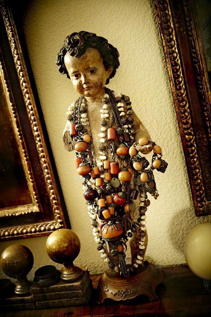 Talla de Niño Jesús  del siglo XVIII con collares de Sonsoles.