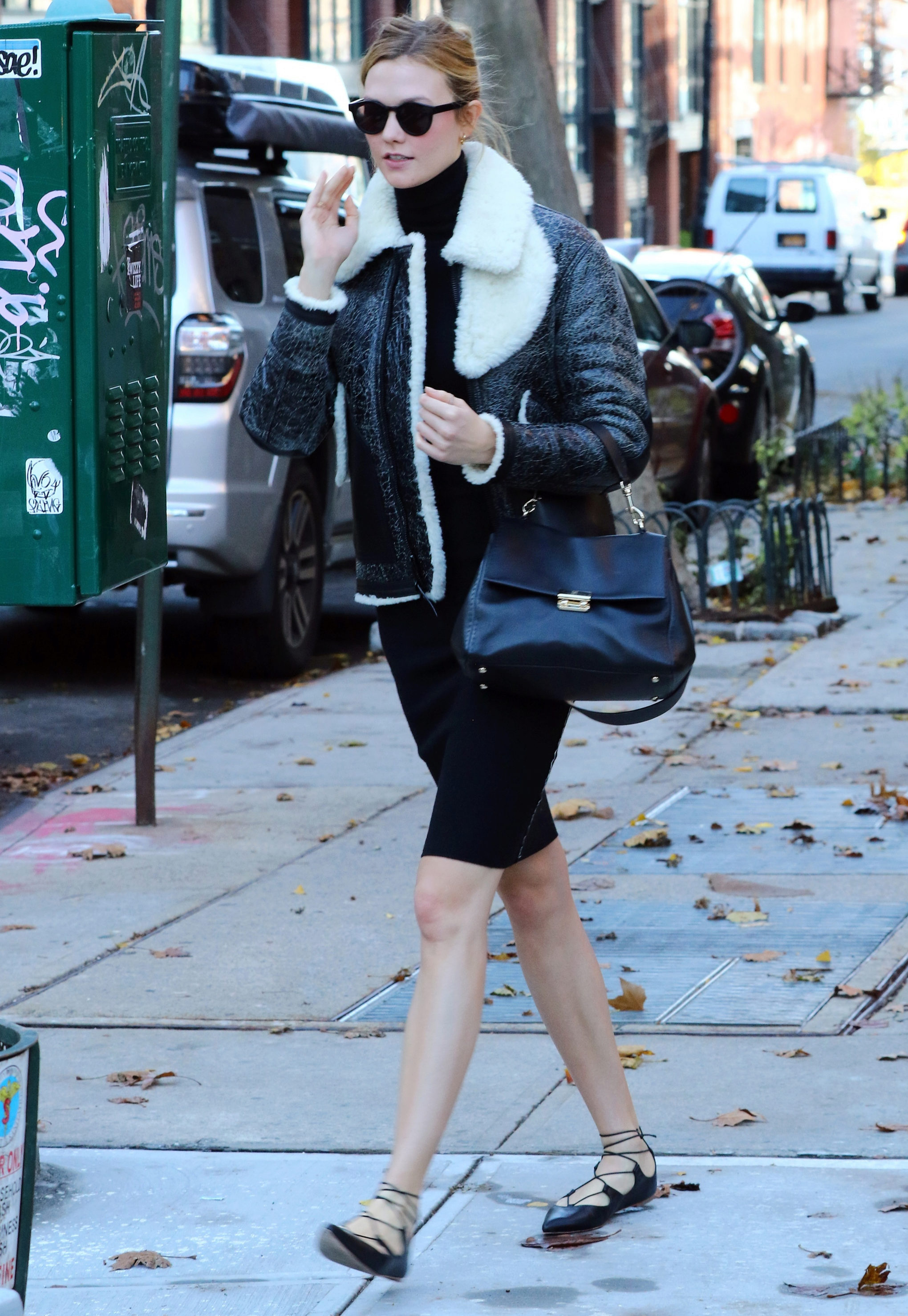 La modelo Karlie Kloss inspira hoy nuestro <em>look</em> del día al...