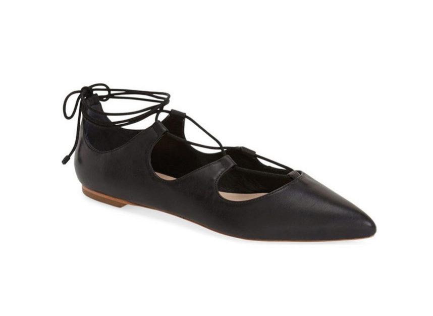 Zapatos de inspiración bailarina con cordón cruzado. De Loeffler...