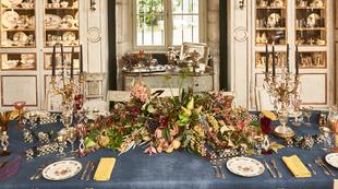 En la mesa de la decoradora Marta de la Rica, vestida con un lino...