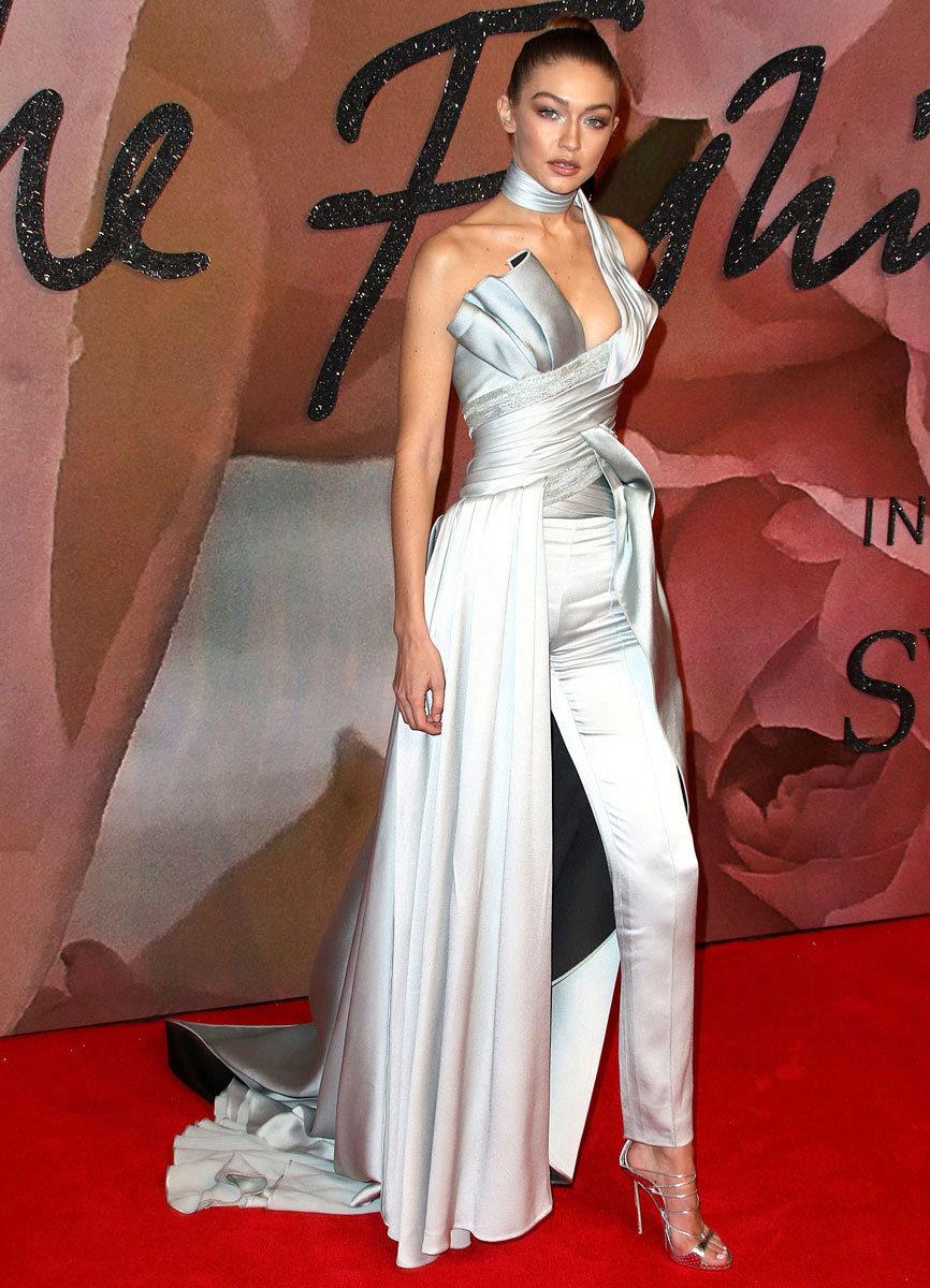 La triunfadora de la noche con un diseño gris perlado de Versace.