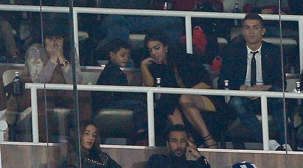 Cristiano Ronaldo y su novia Georgina Rodríguez en el palco del...