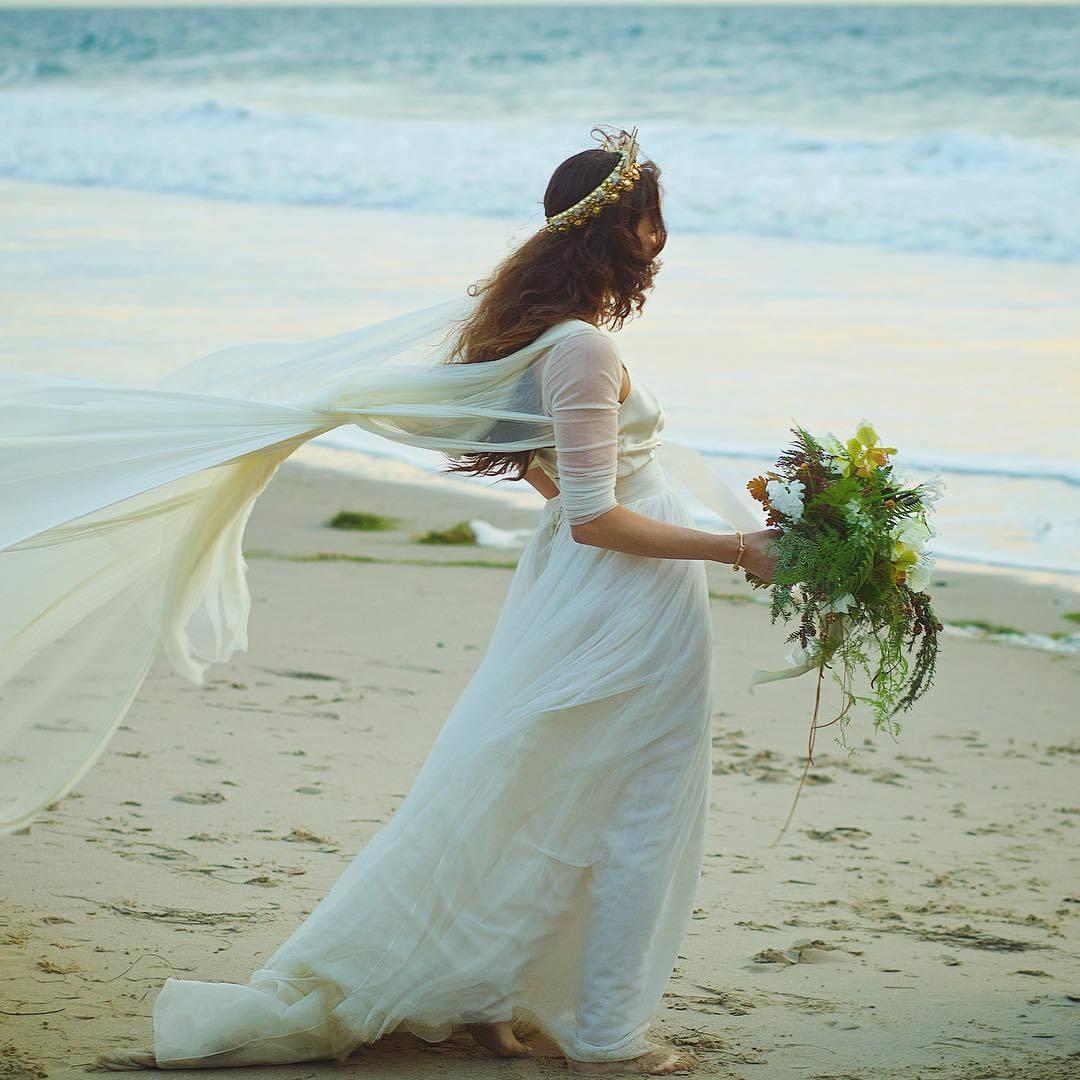 Troian optó por un vestido ligero y vaporoso firmado por Cortana,...