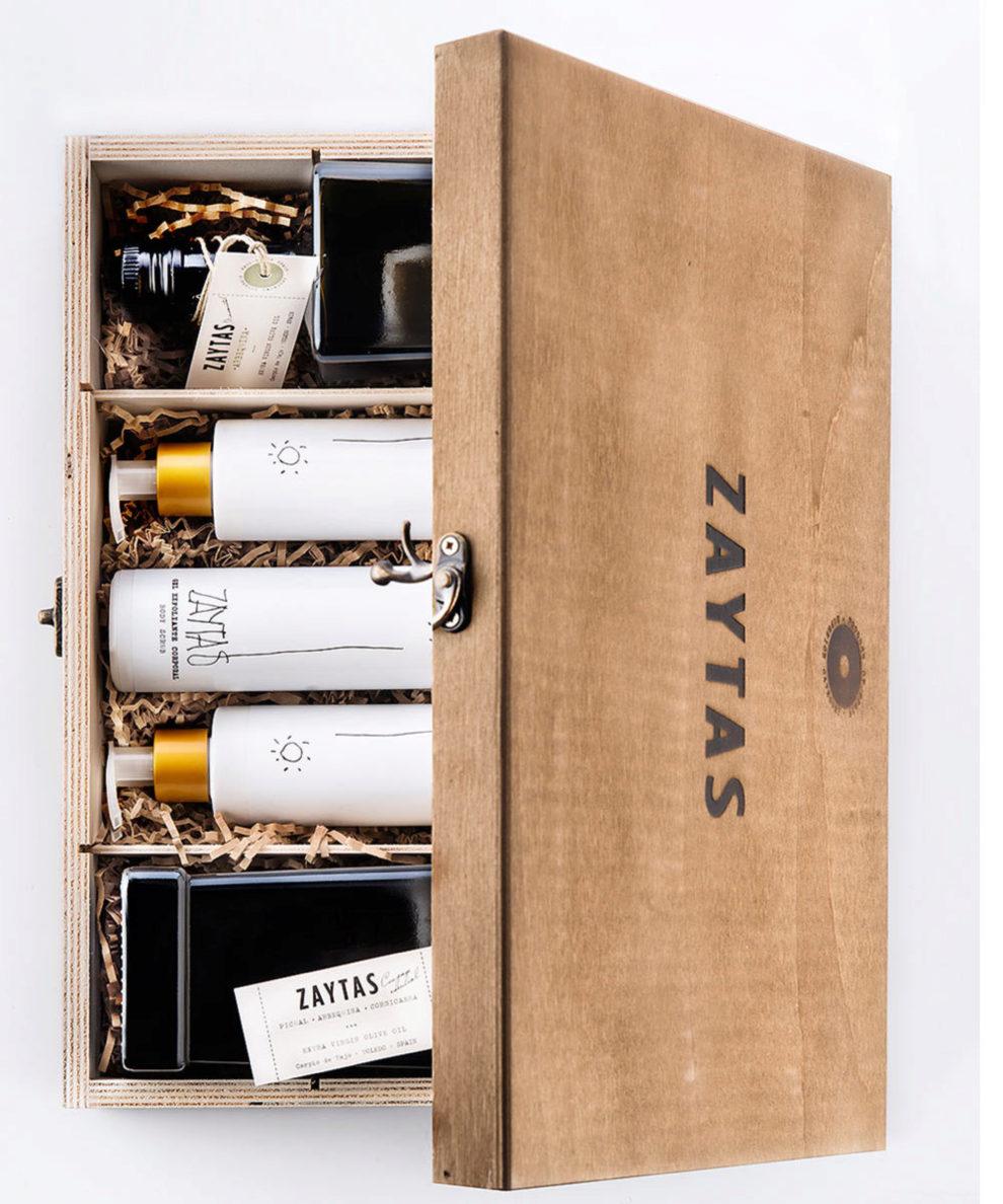 Cofre de madera de nogal con aceite de oliva virgen extra (AOVE)...
