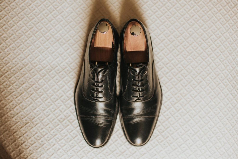 Los zapatos de Antonio eran un modelo Oxford de cordones, hechos a...
