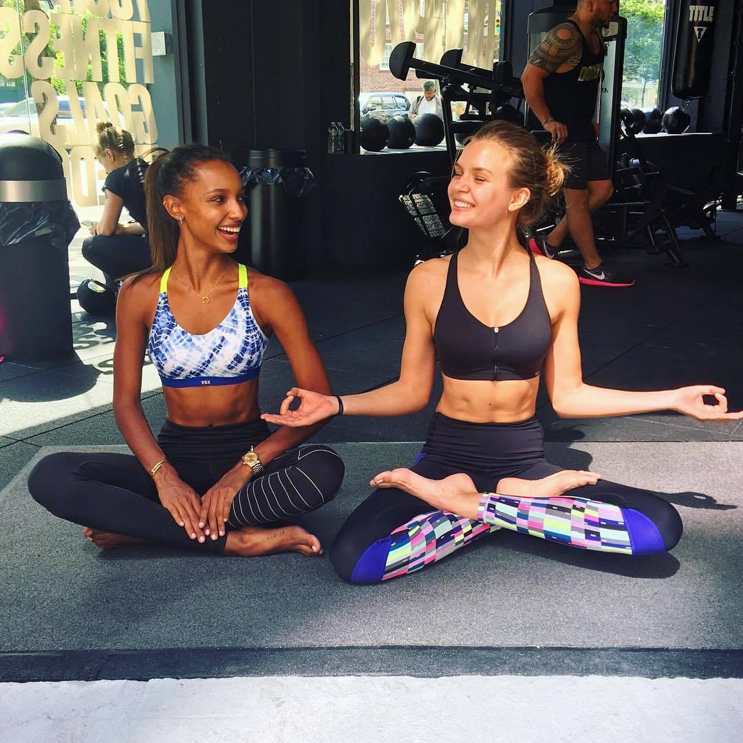 Las modelos Josephine Skriver y Jasmine Tookes tiene hasta una cuenta...