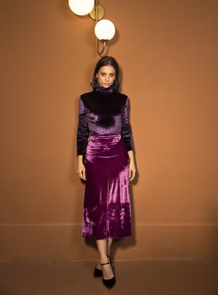 Michelle Jenner con body y falda de terciopelo de Nina Ricci. Medias...