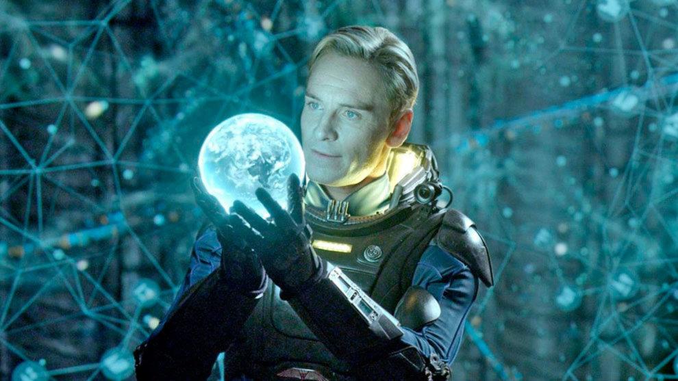 Michael Fassbender interpreta a dos personajes distintos en Alien...
