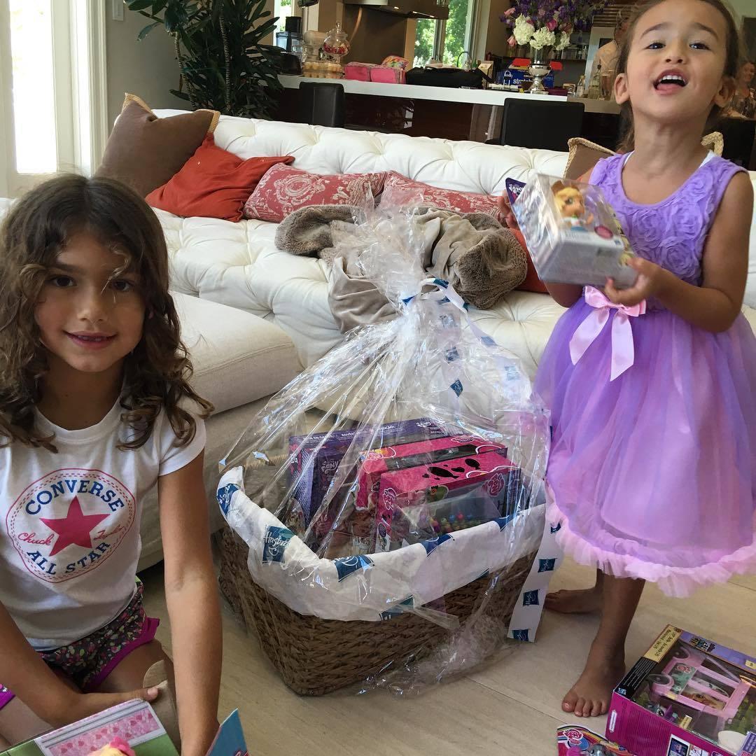 Adriana Lima acertó el año pasado con los regalos de sus hijas.