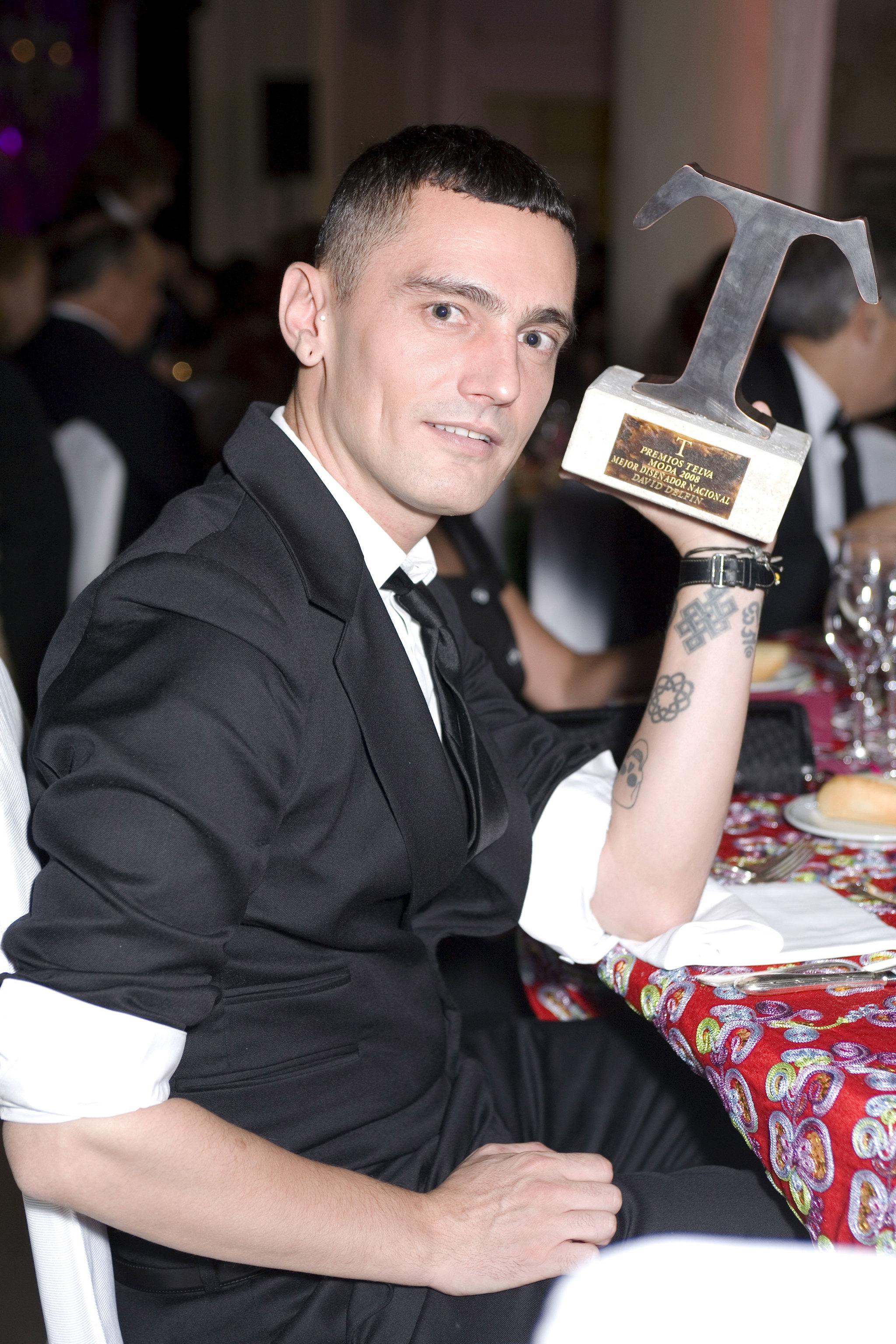 Posando con el Premio TELVA.