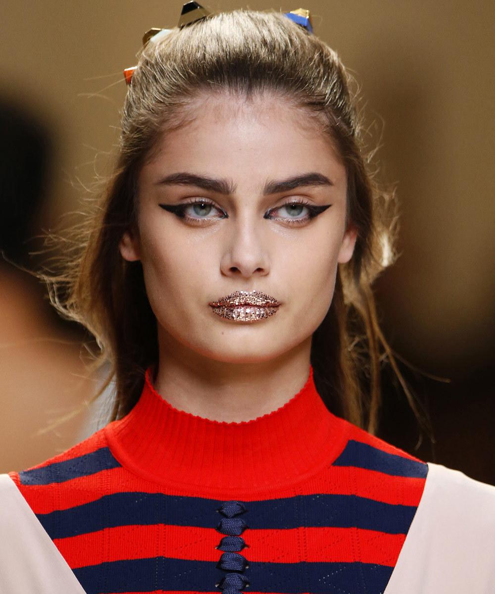 La propuesta más futurista de la temporada son los labios glitter del...