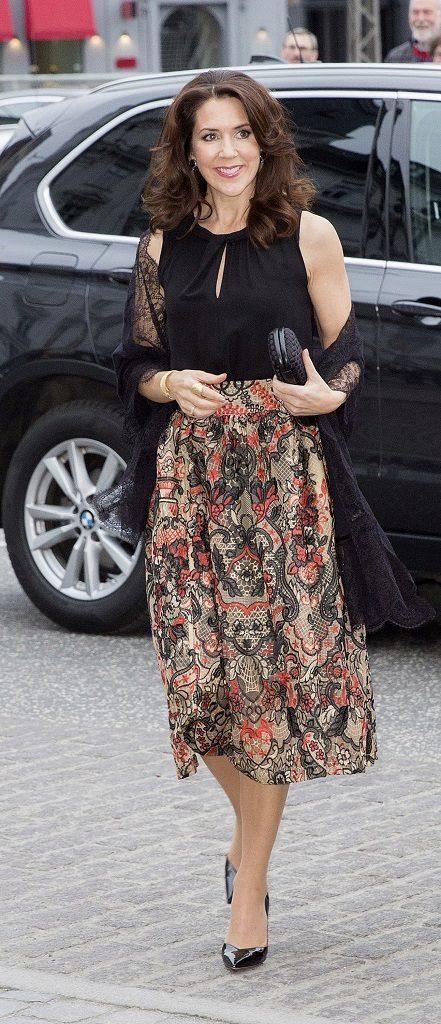 Haz como la princesa de Dinamarca y convierte una falda estampada en...