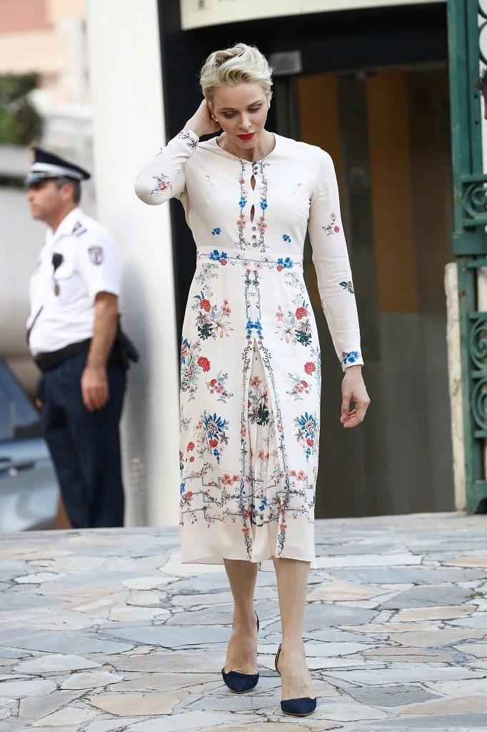 Cuando un vestido es tan bonito como el de Charlene no se necesita...