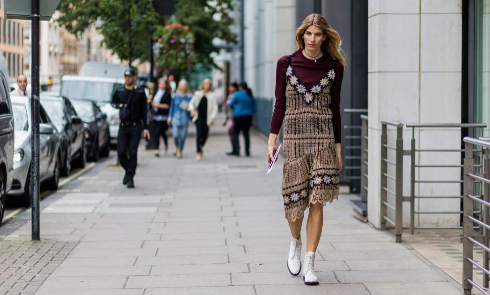 Veronika Heilbrunner con botines blancos y superposiciones.