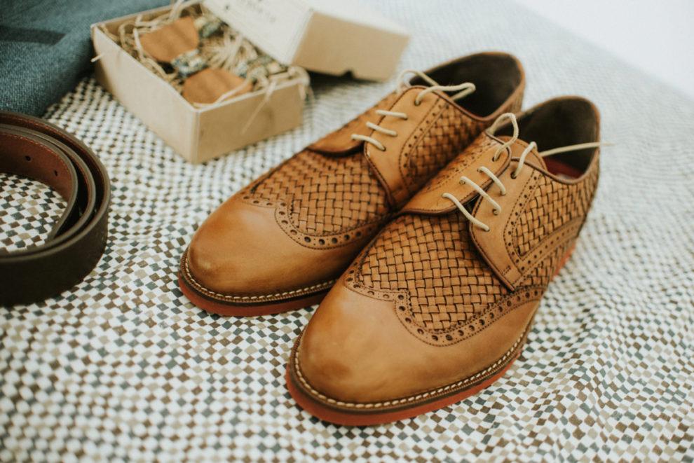 El novio llevó unos originales zapatos de piel trenzados en color...