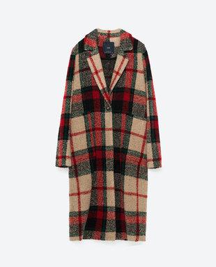 Abrigo de cuadros con cuello de solapa. De Zara, 59,95 euros.