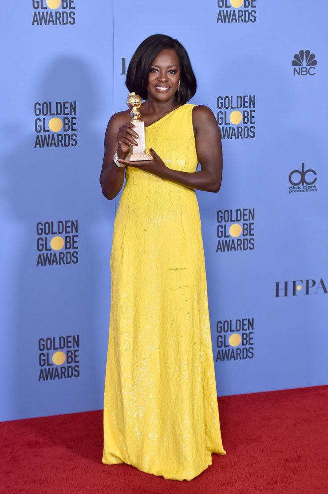 Viola Davis, Mejor Actriz de Reparto por Fences, le entregó su premio...