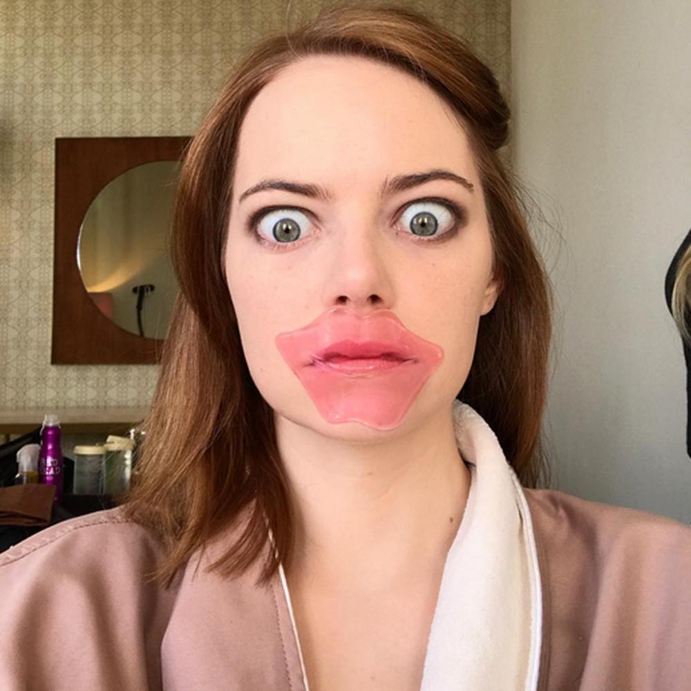 La actriz Emma Stone con su super mascarilla coreana para unos labios...
