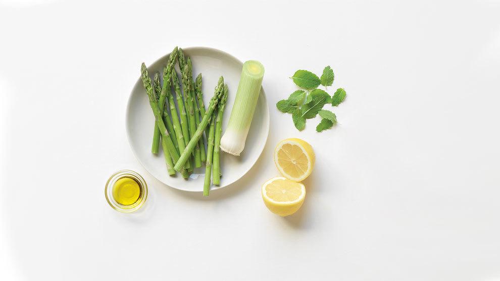 Crema de espárragos y limón, del libro Sopas Detox (Lunwerg...