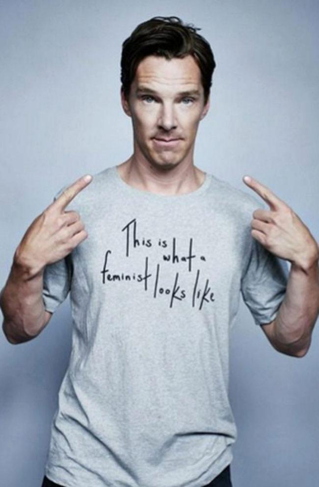 El actor Benedict cumberbatch con una camiseta con mensaje.
