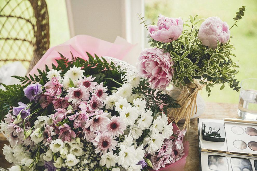 Eucalipto, rosas inglesas, cardo y hortensias holandesas con pequeños...