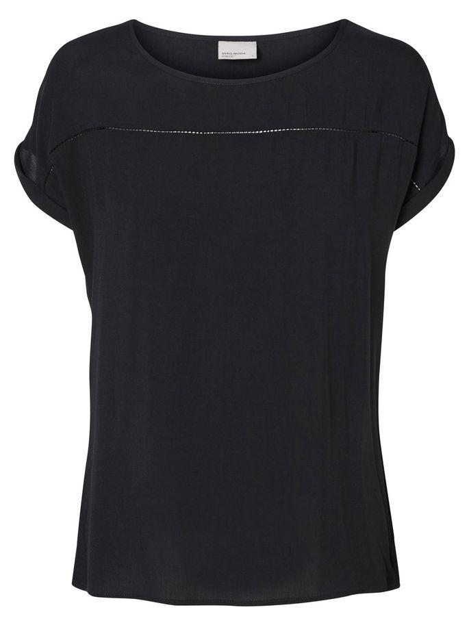 Camiseta negra básica. De Vero Moda ( 14,95 euros).