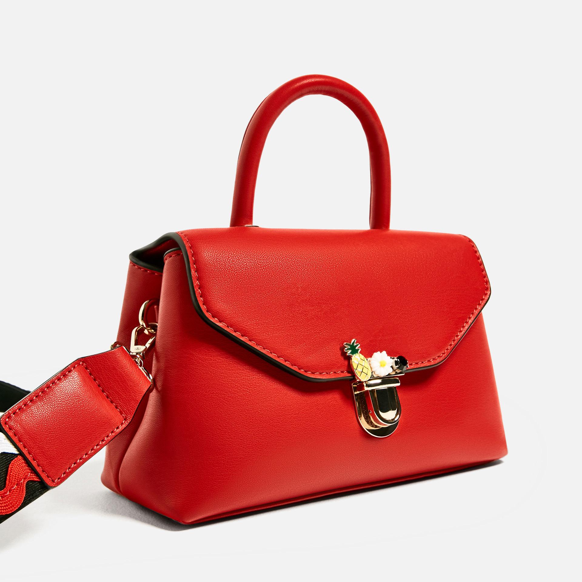 Bolso bandolera rojo. De Zara ( 25,95 euros).