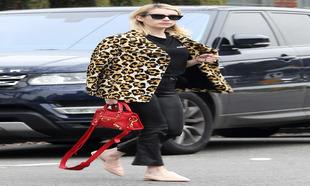 Emma Roberts apuesta por el animal print combiado con el rojo de su...