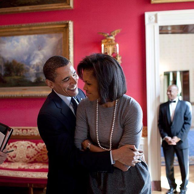 Michelle y Barack Obama, tan cariñosos como siempre, en la Casa...