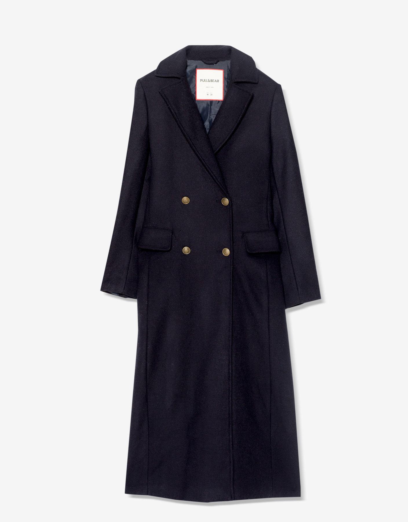 Abrigo largo de corte militar. De Pull&Bear ( 49,99 euros).