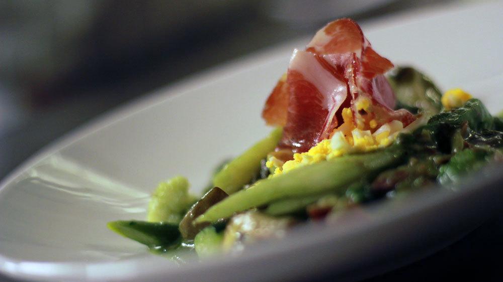Menestra de verduras semiguisadas con jamón y su jugo