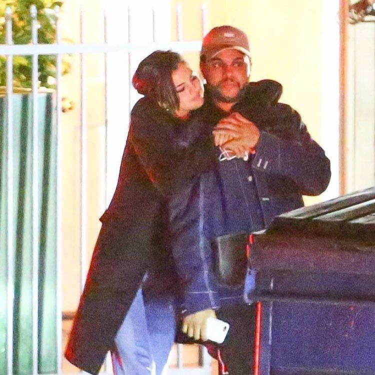 The Weeknd y Selena Gómez a la salida de un restaurante en Santa...