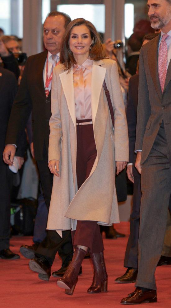 Letizia, con culottes en color burdeos.