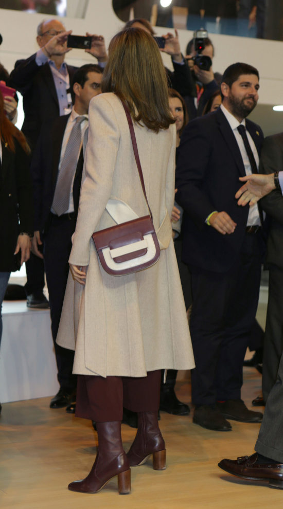 Con bolso blanco y burgundy.