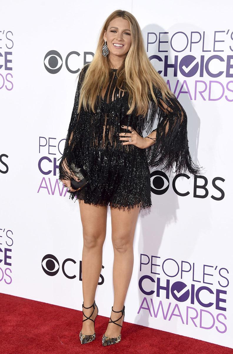 Blake Lively brilló con un mini vestido de brillantes y flecos...