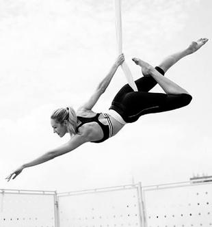 La <em>top</em> pone a prueba su elasticidad con acrobacias y...