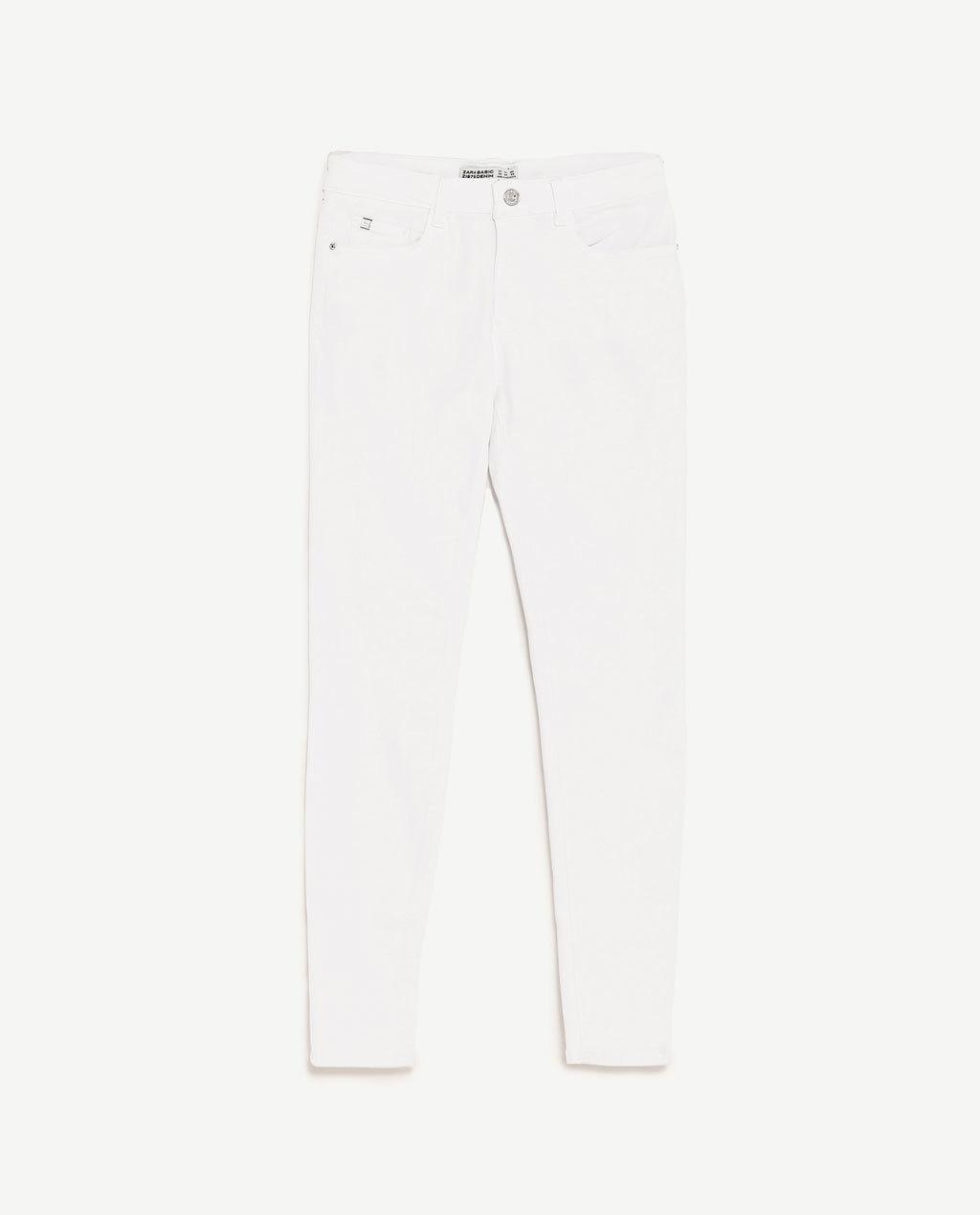 Pantalón pitillo blanco. De Zara ( 25,95 euros).