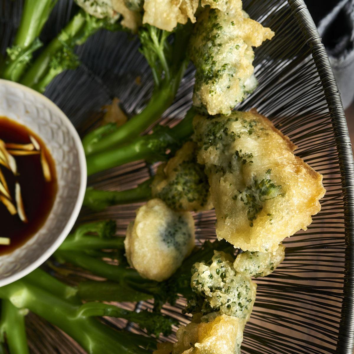 Bimi en tempura con salsa teriyaki.