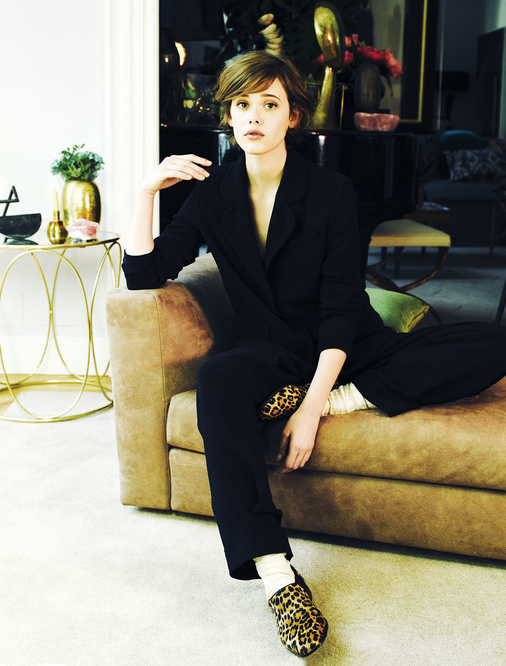 Amarás a Mathilde Warnier y su manera de llevar el traje sastre...