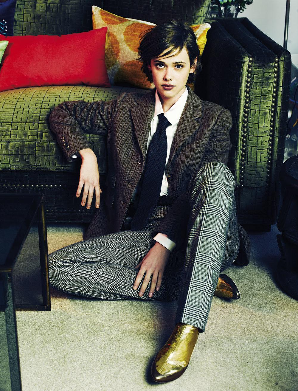 Mathilde Warnier con traje sastre masculino de espiga y príncipe de...