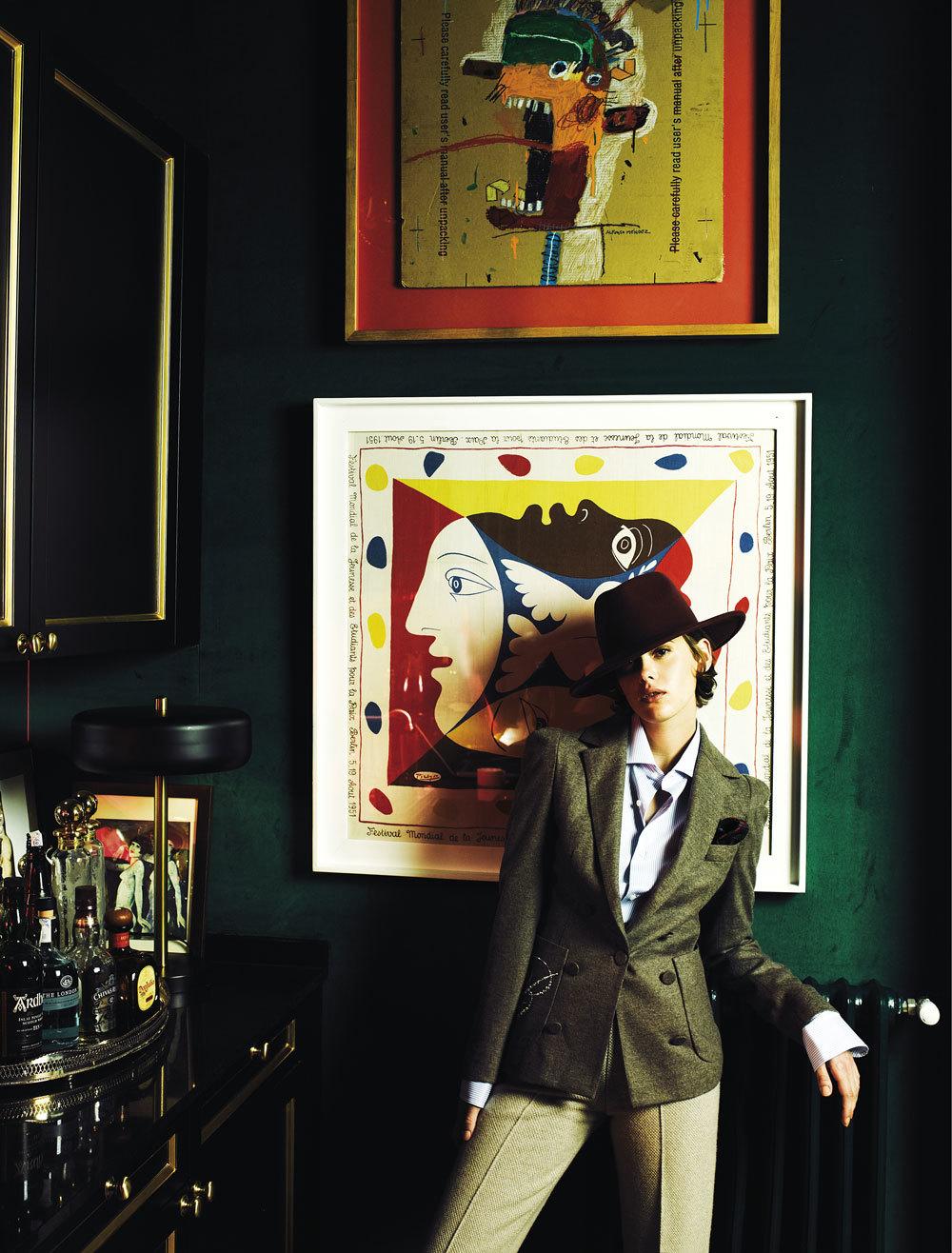 Entre obras de Picasso y Basquiat, la actriz posa con sastre y camisa...