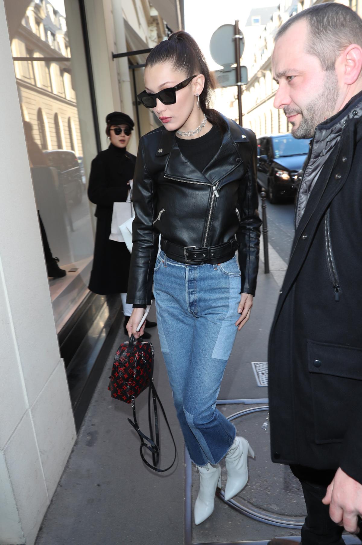Bella Hadid con la mochila Palm Springs Mini Vuitton.