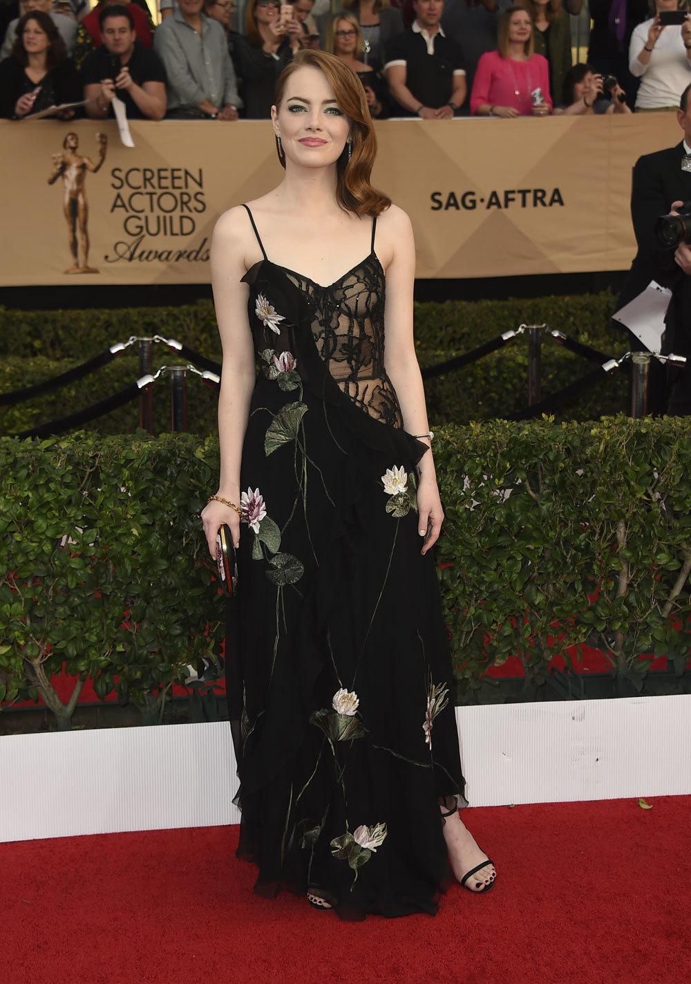 Con un vestido negro con transparencias de Alexander McQueen