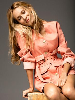 La modelo Vanesa Lorenzo lleva abrigo con corsé rosa de ISABEL...