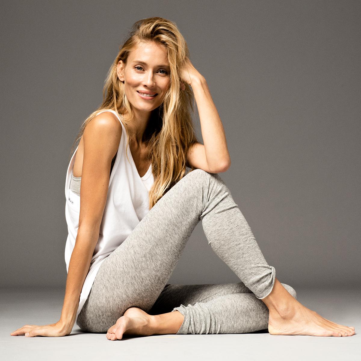 La modelo yogui Vanesa Lorenzo con top y camiseta de algodón de...