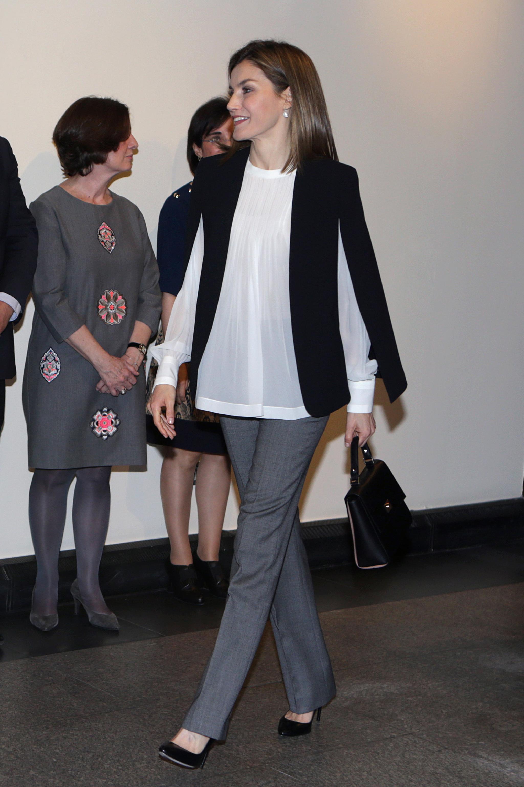 La Reina Letizia con la capa de Zara